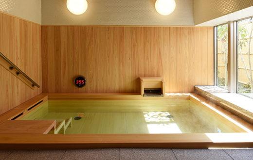 檜の香りが楽しめる共有バスルーム